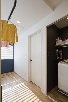 #2階に洗濯機のみを配置。#吹き抜け周りのユーティリティスペースを#室内干しスペースとして兼用。インテリアにもなる洗濯棒兼、#懸垂棒。