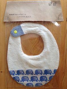 赤ちゃんにぴったり、やさしい肌触りのパイルニットで作ったスタイです。プラスティックスナップでの取り外しなので楽ちんです。スタイの中にはガーゼを2重にして挟み込... ハンドメイド、手作り、手仕事品の通販・販売・購入ならCreema。