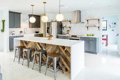 isla grande con encimera blanca en la cocina de diseño industrial