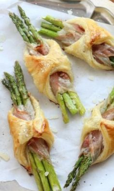 Spargel/Pancetta/Blätterteig party brunch Asparagus, Pancetta and Puff Pastry Bundles - Completely Delicious Easy Brunch Recipes, Healthy Brunch, Easter Recipes, Appetizer Recipes, Brunch Ideas, Recipes Dinner, Brunch Appetizers, Dinner Ideas, Party Recipes