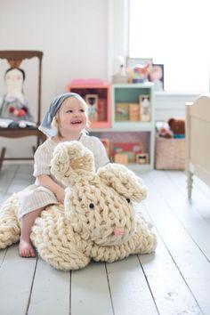 Stricken mit dicker Wolle und extra dicken Stricknadeln gibt ein tolles Resultat! - DIY Bastelideen