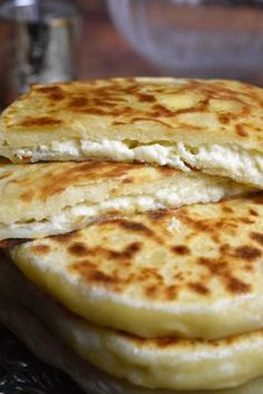 Gebratenes Käsebrot, Khachapuri - gefüllter Pfannkuchen - Pain au fromage à la poêle, Khachapuri – galette farcie Gebratenes Käsebrot, Khachapuri – gefüllter Pfannkuchen Snack Recipes, Cooking Recipes, Snacks, Pancake Recipes, Bread Recipes, Dessert Recipes, Good Food, Yummy Food, Cheese Bread