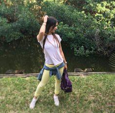 Outfit pantalon amarillo camiseta Blanca. outfit de domingo.  Instagram Camila Davalos