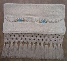 Toalha de rosto bordada à mão com acabamento em macramé. Na cor areia com detalhes em azul celeste tras requinte e charme no seu lavabo.