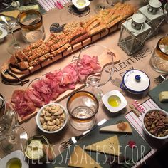 Valentine's day #festas  #mesas #table #amigos #friends #brazil #brasil #decor #decoracao #scrapmania #feitoamao #handmade #scrapbook #party #food #aperitivos #frios #comidas #mesaposta #melissasales #Valentimesday #diadosnamorados
