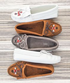 Since Minnetonka Moccasin has been a staple of American style. Moccasins and more for men and women. Sock Shoes, Cute Shoes, Me Too Shoes, Shoe Boots, Casual Work Outfit Winter, Bling Baby Shoes, Old Friend Slippers, Moccasins Mens, Moccasin Boots