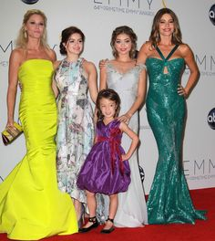 Julie Bowen, Ariel Winter, Aubry Anderson-Emmons, Sarah Hyland, and Sofia Vergara. Modern Family Funny, Modern Family Quotes, American Modern, American Dad, Morden Family, Famous Women, Famous People, Marshall Lee, Outfits