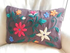 Flores Embroidery Stitches, Embroidery Patterns, Hand Embroidery, Mexican Embroidery, Afghan Blanket, Wool Applique, Diy And Crafts, Pillow Covers, Throw Pillows