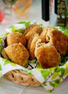 Tuoreilla sämpylöillä on tapana kadota nopeasti. Bread Recipes, French Toast, Bakery, Food And Drink, Rolls, Tasty, Breakfast, Ethnic Recipes, Desserts