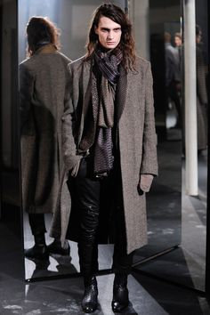Haider Ackermann presented his Fall/Winter 2014 collection during Paris Fashion Week, featuring great patterns and slightly oversized pieces. Haider Ackermann, Fashion Week Paris, Men Fashion Show, Mens Fashion, Fashion Outfits, Thalia, Vogue Paris, Style Masculin, Fall Winter 2014