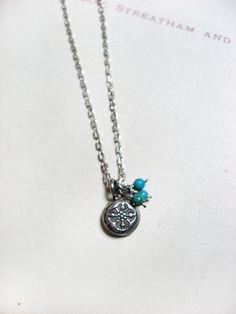蓮の花模様のカレンシルバーにターコイズが寄り添うネックレス。プリミティブなデザインと落ち着いた雰囲気が魅力です。シルバートップ:約8mm トルコ石(ターコイズ...|ハンドメイド、手作り、手仕事品の通販・販売・購入ならCreema。