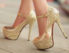 Zapatos dorados ¡La tendencia de moda que se apodera del día y la noche! High Heels Gold, Womens High Heels, Prom Heels, Shoes Heels, Cute Shoes, Me Too Shoes, Golden Shoes, Frauen In High Heels, Embellished Heels