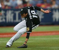 <オ・神>2回裏1死一、三塁、安達のバントの打球を追うもバランスを崩す阪神・藤浪