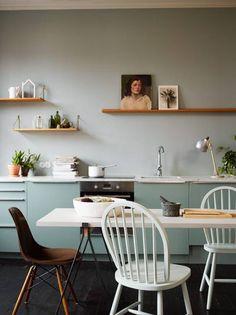 KJØKKEN: Blått er en viktig basisfarge som kan kombineres med lilla nyanser og rustne farger.