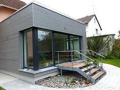 wohnhaus mit einer grauen holzfassade dura patina. Black Bedroom Furniture Sets. Home Design Ideas