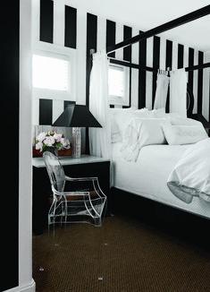 Righe bianche e nere per decorare la parete in camera da letto