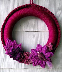 another crochet wreath! Crochet Wreath, Crochet Flowers, Leaf Projects, Crochet Projects, Crochet Embellishments, Crochet Home Decor, Crochet Accessories, Cute Crochet, How To Make Wreaths