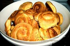 El pan dulce casero se hace en Costa Rica para la Semana Santa. Pero es una receta que siempre está presente a lo largo del año, pues siempre es bien recibido para los tiempos de café y varias celebra Bread Recipes, Cookie Recipes, Snack Recipes, Snacks, Costa Rican Food, Bread Cake, Exotic Food, Latin Food, Sweet Bread