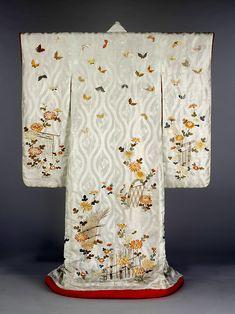 Cream Kimono in downstairs bath. Kimono with butterfly design, 1830 - Japanese Textiles, Japanese Art, Kimono Design, Japanese Outfits, Japanese Clothing, Japanese Embroidery, Butterfly Design, Victoria And Albert Museum, Kimono Fashion
