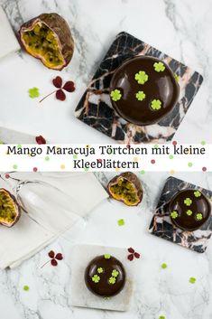 Leckere Mango Maracuja Törtchen, überzogen mit schokoladen Mirrorglaze und dekoriert mit Kleeblättern aus Modellierschokolade. Der perfekte Partybegleiter via @heissehimbeeren