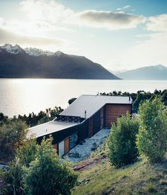 The architects Bronwen Kerr and Pete Ritchie designed a relaxed family home on the shores of New Zealand's Lake Wakatipu that reclines into ...