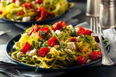 health homemade zucchini noodles zoodles pasta with tomatos and feta Plats Weight Watchers, Weight Watchers Meal Plans, Pesto Zoodles, Kale Pesto, Zoodles With Chicken, Pasta Alternative, Vegetarian Menu, Veggie Noodles, Zucchini Noodles