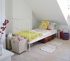 Dormitorio infantil con textiles en color amarillo http://decoratualma.blogspot.com.es/2013/12/deja-entrar-la-luz.html#.UrHaW_TuJ8F