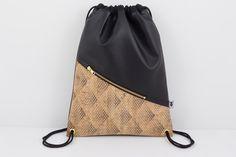 **NEUE Kollektion 2017**  **Turnbeutel mit Liebe zum Detail:**  - Front mit geometrischer Teilungsnaht mit einer großen **Reißverschlusstasche** mit einem goldenen Reißverschluss...