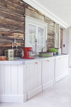 Mix of modern and rustic in the kitchen Diy Interior, Interior Design Kitchen, Interior Decorating, Decorating Ideas, Kitchen Dining, Kitchen Cabinets, Timber Walls, Kitchen Organisation, Cheap Houses