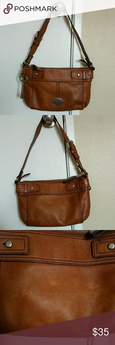 """Fossil Maddox Chestnut shoulder bag Has some worn signs in back and some in front. Inside clean. Size, w.12, h.8. d.2"""". Straps drops 11"""". Color : Chestnut. Body material : leather. Feel free to make an offer 😉😄 Fossil Bags Shoulder Bags"""