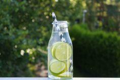 Visste du at en så liten ting som å glemme og drikke vann regelmessig igjennom dagen, kan gjøre a... Voss Bottle, Water Bottle, Drinks, Drinking, Beverages, Water Bottles, Drink, Beverage