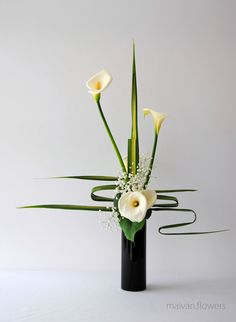 Beautiful Ideas to Make Gladiolus Flower Arrangements for Your Home Decor - Page 14 of 41 - vivian Ikebana Arrangements, Tropical Floral Arrangements, Small Flower Arrangements, Ikebana Flower Arrangement, Deco Floral, Arte Floral, Home Flowers, Silk Flowers, Gladiolus Flower