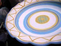 Decorazione a mano di un piatto in ceramica