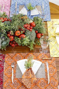 Jogos americanos com estampa de bandana da Couvert em uma mesa colorida para ser pizza.