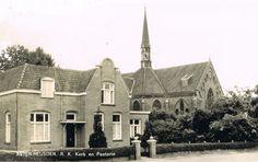 Martien Giebels: 1964: Pastorie en Parochiekerk Heusden (gemeente Asten). Foto uit serie van 5 ansichtkaarten uit Heusden i.o.v. winkelier Frans Giebels.