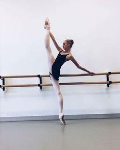 Dance Photography Poses, Dance Poses, Ballet Pictures, Dance Pictures, Street Dance, Yoga Bewegungen, Dance Photo Shoot, Yoga Kurse, Yoga Posen