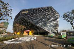 Специалисты из архитектурных компаний LAB Architecture Studio и SIADR спроектировали бизнес-центр с 5-звездочным отелем, крупным конференц-центром и несколькими ресторанами внутри. Современное ассиметричное здание, напоминающее одиночный кристалл, было построено в китайском городе Чанчжоу в 2013 году. Эффектное здание может похвастаться...