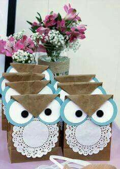 Bolsa regalo buho Owl Crafts, Animal Crafts, Easy Crafts, Diy And Crafts, Crafts For Kids, Paper Doily Crafts, Doilies Crafts, Paper Doilies, Party Gift Bags