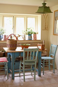 This Old Stone Cottage In Dorset Has Pops Of Colour Dieses Alte Steinhaus In Dorset Hat Farbtupfer - Bilmece Shabby Home, Shabby Chic Homes, Shabby Chic Decor, Vintage Home Decor, Shabby Chic Dining, Vintage Air, Vintage Interiors, Shabby Vintage, English Cottage Interiors