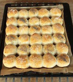 5. Grädda bröden längst ner i ugnen i 10–14 min. Låt dem svalna på plåten. Artisan Bread Recipes, Our Daily Bread, Dessert, Hot Dog Buns, Scones, Food And Drink, Dinner, Cooking, Breakfast