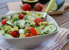 Insalata con avocado, cetriolo e feta, per saziare con gusto senza appesantire. Un'insalata fresca e colorata da preparare anche in anticipo