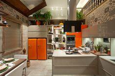 Bancada branca. Armário branco com estante laranja. Geladeira colorida. Projeto: Lia Lamego e Fernanda Mancini