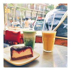 """Cojamos fuerzas para empezar el día, un buen desayuno que no falte . Esto es lo que os podéis encontrar en Rodriguez&Co. Característico por tomar la vida sana como premisa, se basan  el viejo adagio """"eres lo que comes."""" . Os proponemos un cheesecake rico rico como este  y  dos super zumos, uno de naranja, zanahoria y manzana y el otro de aguacate, limón y manzana. ¿Con cuál os quedáis? Que tengáis un feliz fin de semana largo#foodyingbcn #slowfood #healthy #morning #juices #green #organic…"""