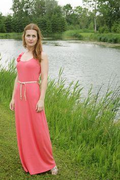 Hoy les mostramos como hacer un vestido elegante y delicado para utilizar en cualquier momento del dia, este vestido es muy sencillo de hacer pero cuando queda puesto pareciera como si hubiéramos estado horas y horas trabajando en el. El color y el tipo de tela es a elección de ustedes esperemos que les guste.  Sigue leyendo esta manualidad para aprender Como confeccionar un vestido.  http://www.todomanualidades.net/2015/06/como-confeccionar-un-vestido/