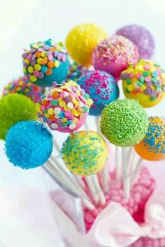 Beginner's Guide to Making Delicious Cake Pops. Simple tips for making beautiful, delicious cake pops. You may have a love-hate relationship with cake pops. But your guests will rave about them! Cookie Pops, Cakepops, Oreos, Easter Cake Pops, Birthday Cake Pops, Colorful Birthday Cake, Birthday Treats, Bar A Bonbon, Baby Shower Table Decorations