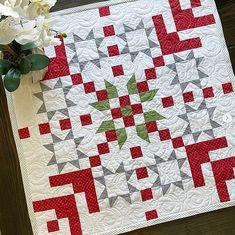 Small Quilts, Mini Quilts, Quilting Tutorials, Quilting Designs, Quilting Ideas, Snowflake Quilt, Snowflakes, Christmas Quilting Projects, Small Quilt Projects