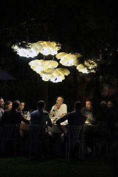 Τίποτα δεν συγκρίνεται με ένα καλοκαιρινό γεύμα με φίλους στη δροσιά του κήπου.  Η κουβέντα με αγαπημένα πρόσωπα, το καλό φαγητό, η απαλή μουσική και ο ατμοσφαιρικός φωτισμός από τα ξύλινα φωτιστικά της LZF είναι τα συστατικά για μία αξιομνημόνευτη βραδιά.