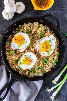 Sinangag, or Garlic Fried Rice, is a popular Filipino breakfast, often served with a fried egg on top and a drizzle of vinegar sauce. Healthy Fast Food Breakfast, Quick Healthy Meals, Healthy Recipes, Nutritious Breakfast, Vegan Breakfast, Breakfast Ideas, Vegetarian Recipes, Garlic Fried Rice, Kimchi Fried Rice