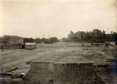 Piazza di Porta Capena (1910 ca) Sulla destra il Palatino, la strada al centro è Via dei Cerchi, a sinistra l'Aventino. Spiaccano le ciminiere delle fabbriche installata al Circo Massimo.