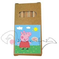 Ξυλομπογιές δεμένες σε μπομπονιέρα βάπτισης με θέμα τη αγαπημένη μας Πέππα. Ξυλομπογιές σε κουτάκι Πέππα με το όνομα του παιδιού σας.  Διαστάσεις 9 Χ 4,5 εκ - 6 ξυλομπογιές  Η τιμή περιλαμβάνει το δέσιμο της μπομπονιέρας από εμάς & 5 κουφέτα αμυγδάλου ή 9 κουφετάκια τύπου smarties.